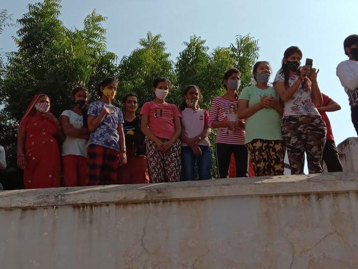 मास्टर भंवरलाल के अंतिम दर्शन के लिए छतों पर चढ़े लोग। - Dainik Bhaskar