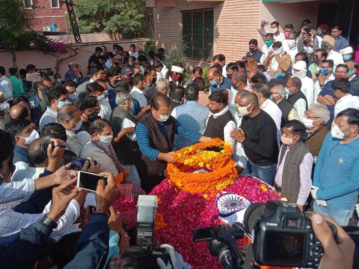 परिवहन मंत्री प्रताप सिंह खाचरियावास ने पार्थिव देह को अंतिम नमन किया। - Dainik Bhaskar