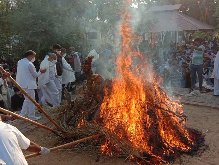 कैबिनेट मंत्री भंवरलाल को बेटे ने दी मुखाग्नि, चुरू के सुजानगढ़ में हुआ अंतिम संस्कार चूरू,Churu - Dainik Bhaskar