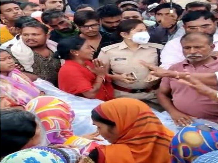 बिलासपुर में पीटने के बाद अधमरी हालत में थाने के सामने फेंका, पुलिस की लापरवाही से भागे आरोपी; गुस्साए ग्रामीणों ने शव रख लगाया जाम|बिलासपुर,Bilaspur - Dainik Bhaskar
